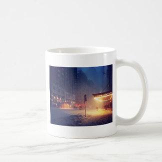 Luces calientes en una noche fría taza de café