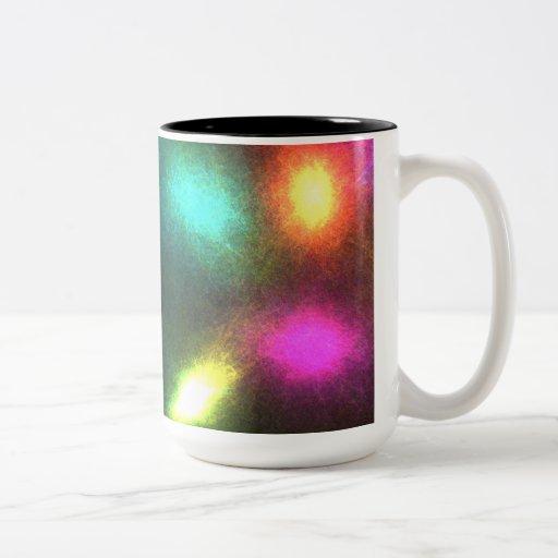 Luces que brillan intensamente tazas de café