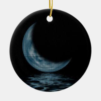 Luna creciente de la reflexión en azul del lago adorno navideño redondo de cerámica