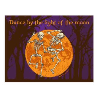 Luna de los esqueletos del baile de Halloween Postal