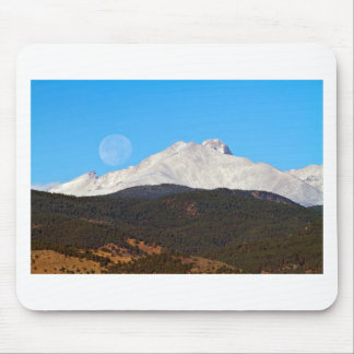 Luna Llena que fija sobre picos gemelos nevados Alfombrilla De Ratón