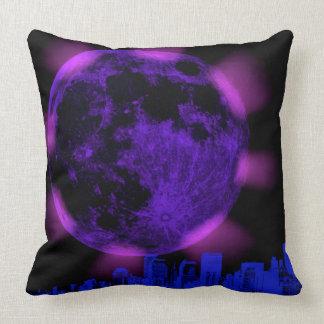 Luna púrpura sobre la almohada de tiro de la