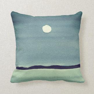 Luna que brilla intensamente sobre el océano cojín decorativo