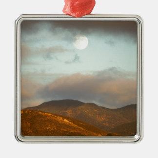 Luna sobre viñedos adorno de cerámica