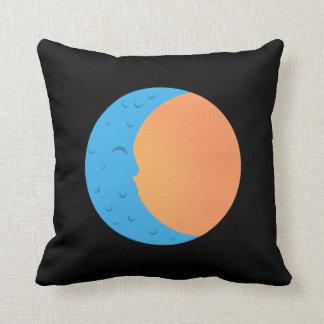 Luna y almohada de tiro de Sun PopArtCulture