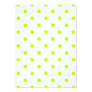 Lunares - amarillo fluorescente en blanco invitación 13,9 x 19,0 cm