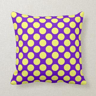 Lunares amarillos con el fondo púrpura cojín decorativo