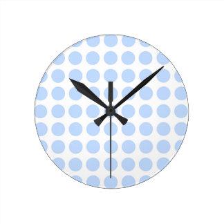 Lunares azul claro festivos en blanco reloj de pared