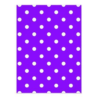 Lunares - blanco en violeta invitación 13,9 x 19,0 cm