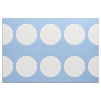 Lunares blancos de gran tamaño en tela azul clara