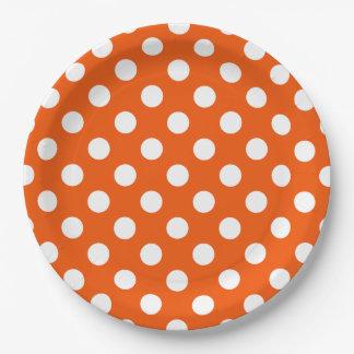 Lunares blancos en el naranja plato de papel