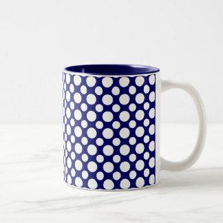 Lunares blancos en la taza de café azul