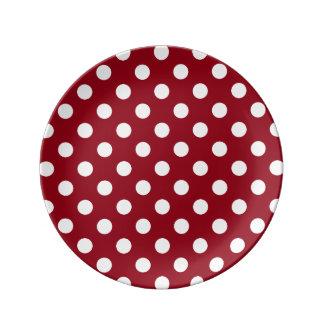 Lunares blancos en rojo carmesí plato de cerámica