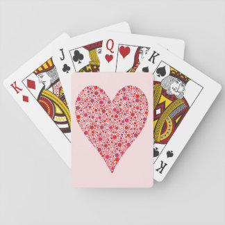 Lunares carmesís de la forma del corazón en rosa barajas de cartas