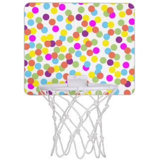 Lunares coloridos en un fondo blanco mini aro de baloncesto
