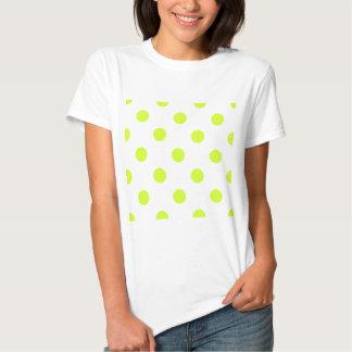 Lunares enormes - amarillo fluorescente en blanco camisetas