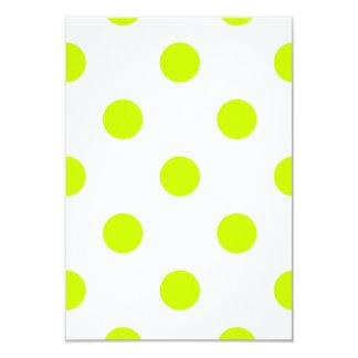 Lunares enormes - amarillo fluorescente en blanco invitación 8,9 x 12,7 cm