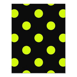 Lunares grandes - amarillo fluorescente en negro invitación 10,8 x 13,9 cm