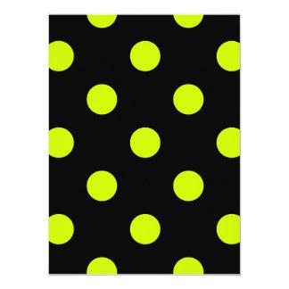 Lunares grandes - amarillo fluorescente en negro invitación 13,9 x 19,0 cm