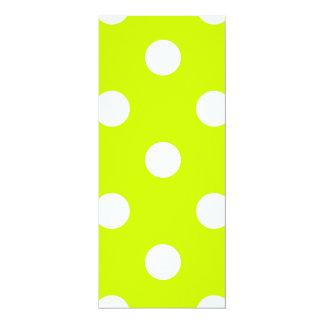 Lunares grandes - blanco en amarillo fluorescente invitación 10,1 x 23,5 cm