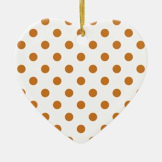Lunares grandes - ocre en blanco adorno de cerámica en forma de corazón