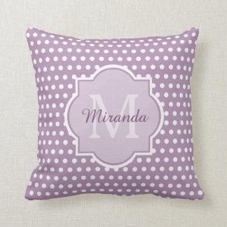 Lunares púrpuras monograma y nombre de la lavanda cojín decorativo