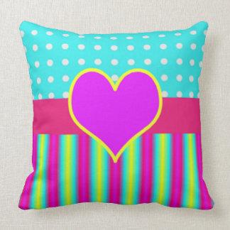 Lunares rayados del corazón colorido del arco iris cojín decorativo