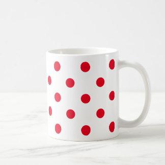 Lunares rojos brillantes en blanco taza de café