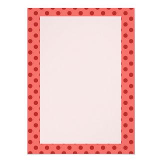 Lunares rojos, fondo rosado invitación 13,9 x 19,0 cm