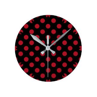 Lunares rojos y negros reloj redondo mediano
