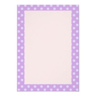 Lunares violetas, fondo rosado invitación 12,7 x 17,8 cm