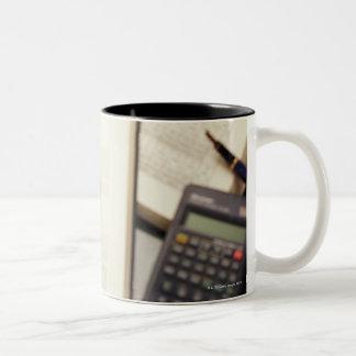 Lupa que agranda el diagrama molecular taza de café de dos colores