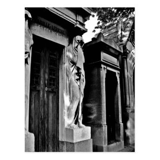 Luto en el cementerio postal