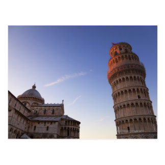 Luz del sol en el top de la torre inclinada de postal