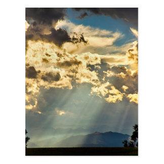 Luz del sol que llueve abajo de los cielos postal