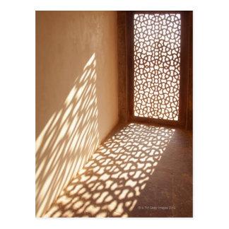 Luz del sol que viene a través de ventana postal