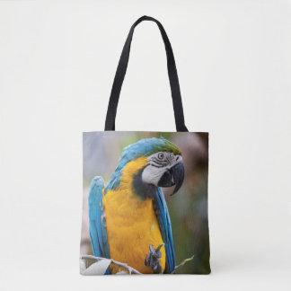 Macaw azul y amarillo por todo bolso de la
