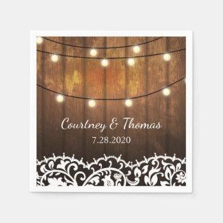 Madera del granero del boda, cordón y luces servilleta desechable