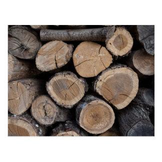 madera en la leñera postal