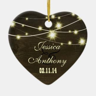 madera rústica del país con la cadena de luces adorno de cerámica en forma de corazón