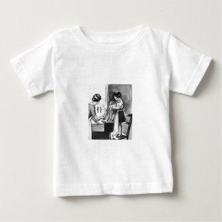 Madre de ayuda de la hija con la camisa de los