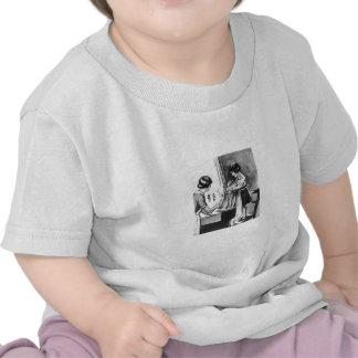 Madre de ayuda de la hija con la camisa de los pla