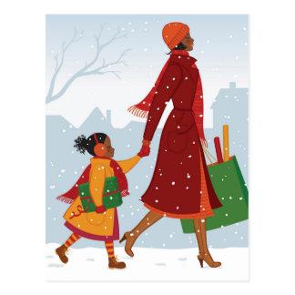 Madre e hija con el regalo y el bolso de compras postal