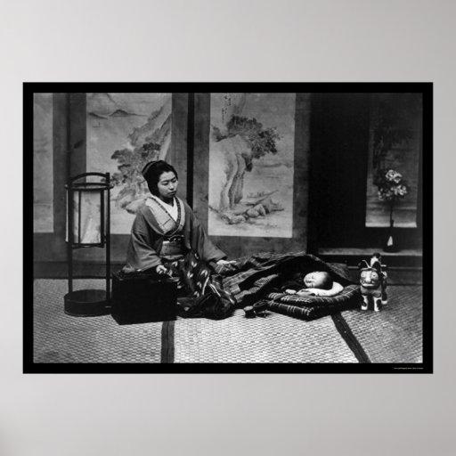 Madre japonesa con su bebé durmiente 1909 posters