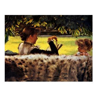Madre que lee a su niña postal