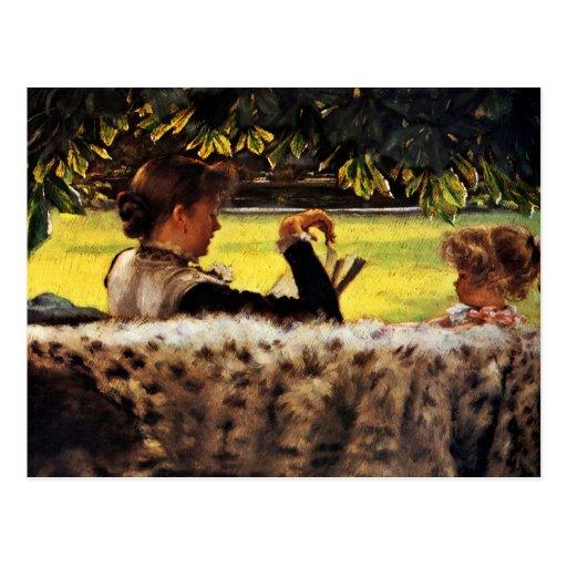 Madre que lee a su niña tarjetas postales