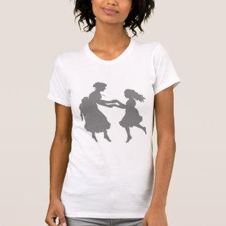 Madre y hija que celebran el baile de las manos camisas