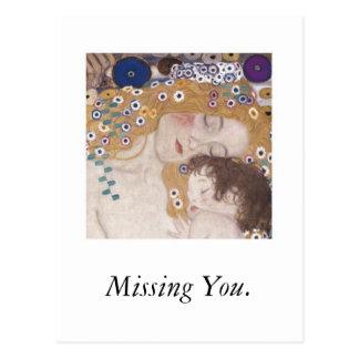 Madre y niño faltándole postales