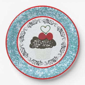 Magdalena bonita del chocolate con brillo azul del plato de papel