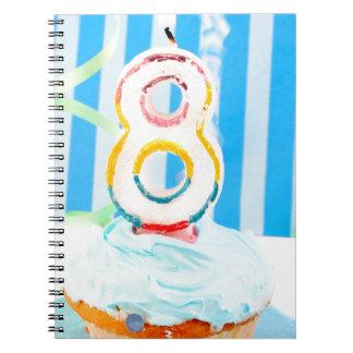 Magdalena del cumpleaños con el número 8 velas cuaderno